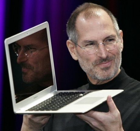 steve-jobs-using-holding-mac